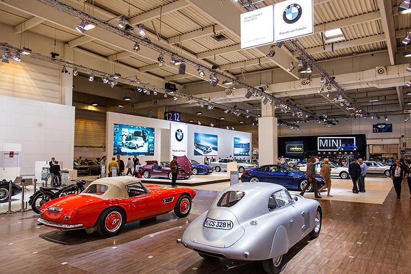 BMW 328 Touring Coupé nebem dem BMW 507 auf dem BMW Messestand, Techno Classica 2015