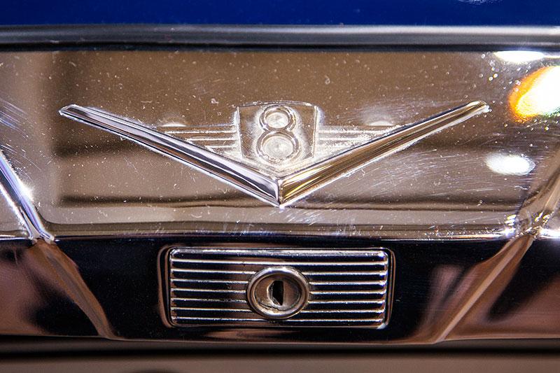 BMW 503 Coupé, V8-Logo auf der Kofferaumklappe