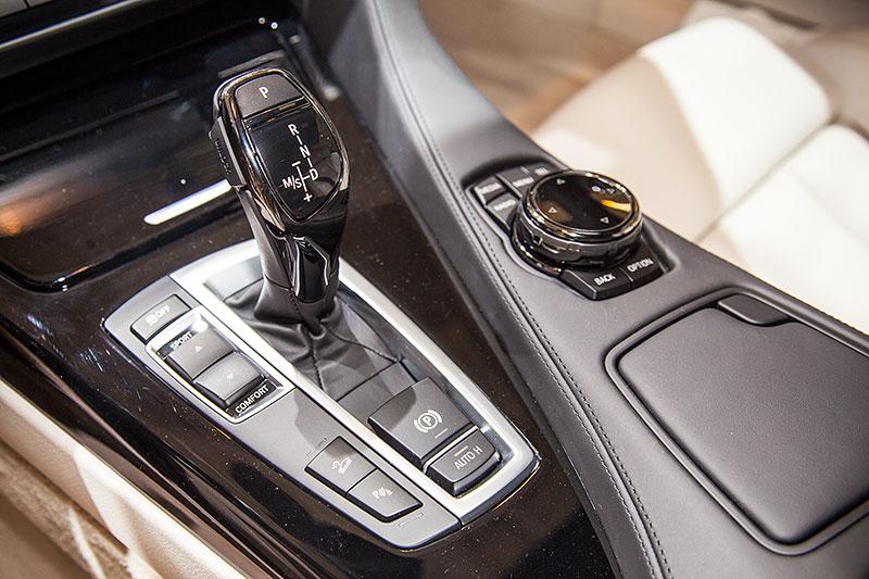 BMW 650i xDrive, Automatik-Wählhebel und iDrive Touch-Controller auf der Mittelkonsole