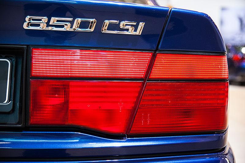 BMW 850 CSi, Typbezeichnung auf der Heckklappe