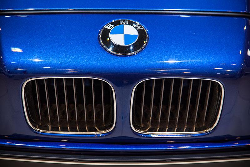 BMW 850 CSi, BMW Niere und BMW Logo auf der Motorhaube