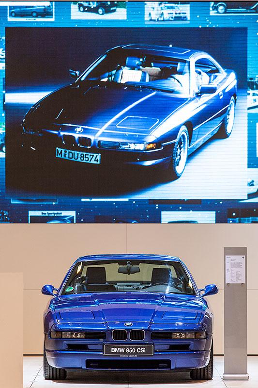 BMW 850 CSi vor grosser Bildschirmwand
