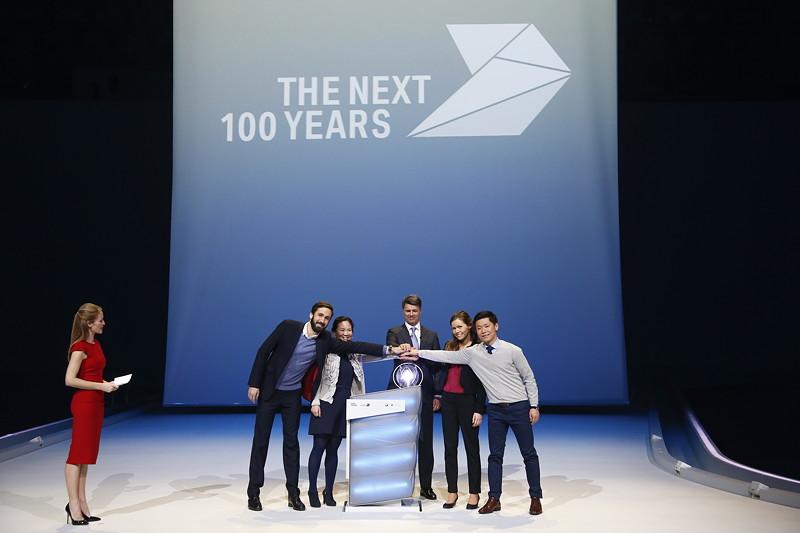 Vier Trainees der BMW Group übergeben Harald Krüger, Vorsitzender des Vorstands der BMW AG, die Future Sphere.