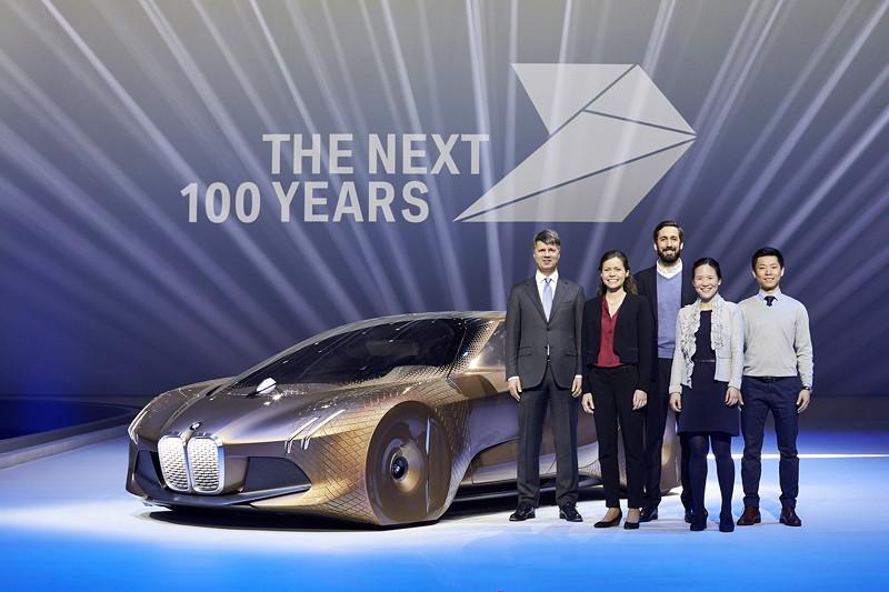 Harald Krüger, Vorsitzender des Vorstands der BMW AG, vier Trainees der BMW Group und das BMW VISION NEXT 100.