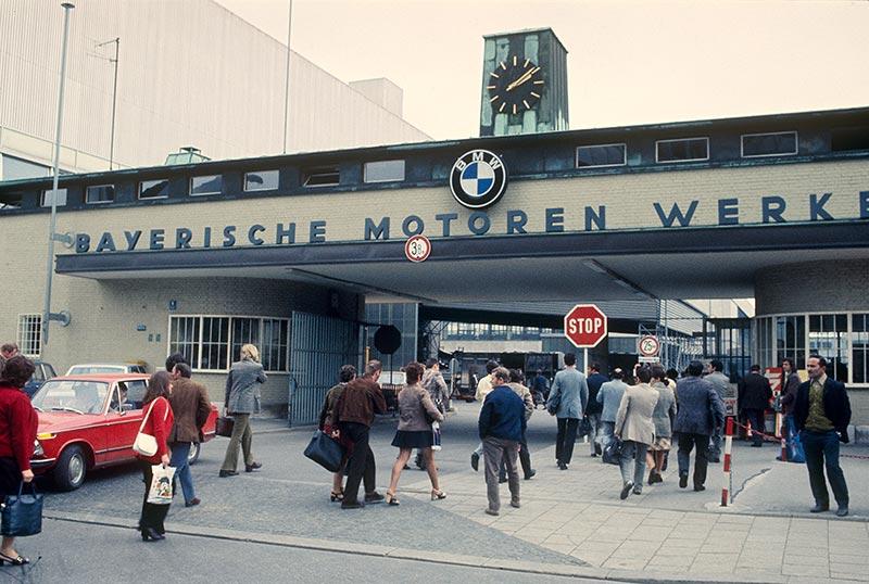 Die Geschichte der BMW Group: 100 Jahre Faszination für Mobilität. Schichtwechsel im BMW Werk München-Milbertshofen 1965-1970