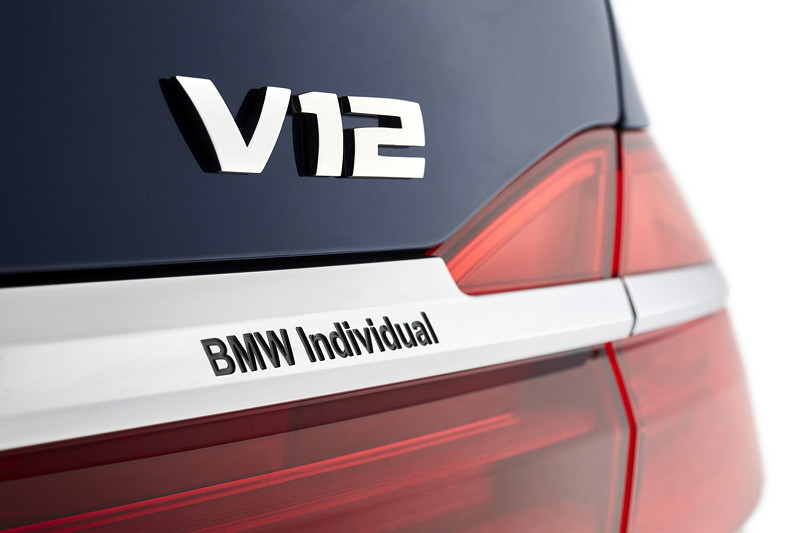 BMW Individual M760Li xDrive Modell V12 Excellence THE NEXT 100 YEARS, V12 und Individual Schriftzug am Heck
