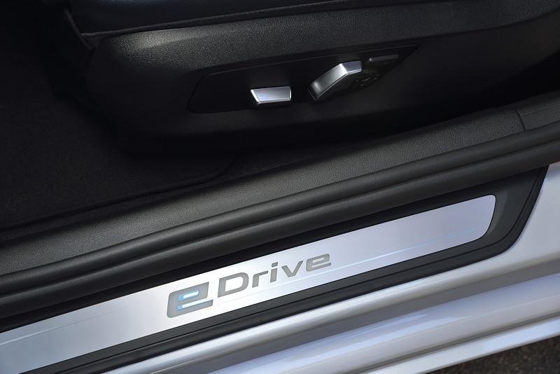 BMW 530e iPerformance, eDrive Schriftzug in der Einstiegsleiste