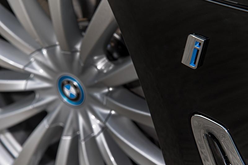 BMW 740Le xDrive iPerformance, BMW i Logo vor dem Radhaus