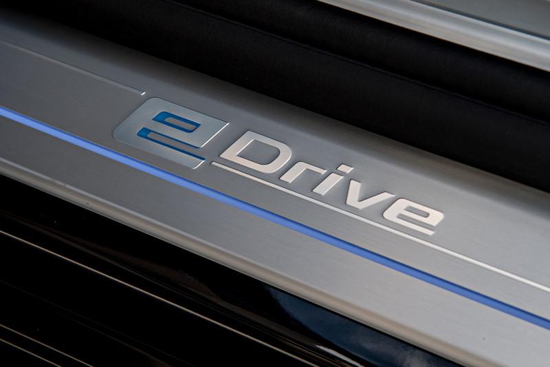 BMW 740Le xDrive iPerformance, eDrive Schriftzug in der Einstiegsleiste