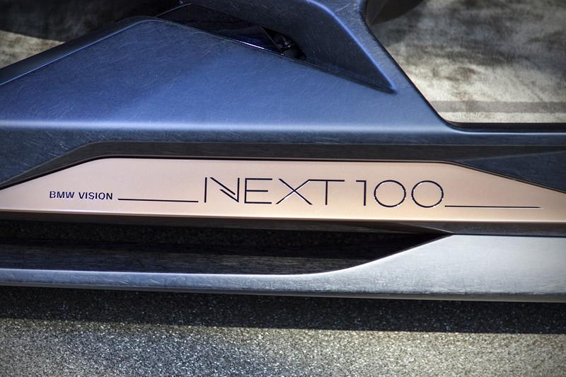 BMW Vision Next 100 im Doppelkegel der BMW Welt, Einstiegsleiste