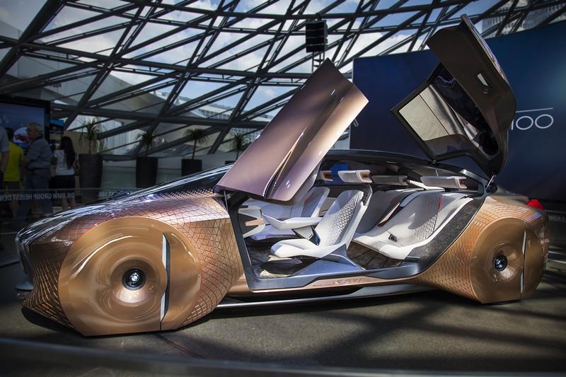 BMW Vision Next 100 im Doppelkegel der BMW Welt