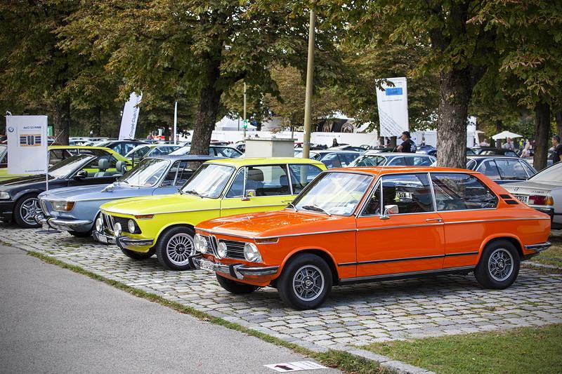 BMW Clubs in der Parkhafe im Olympiapark, vorne: BMW 2000 tii touring