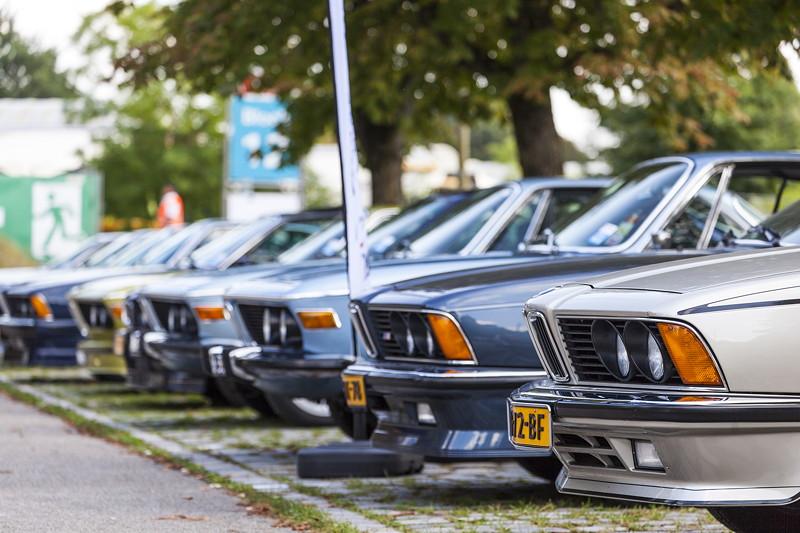 BMW Clubs in der Parkhafe im Olympiapark: vorne BMW 6er (E24)