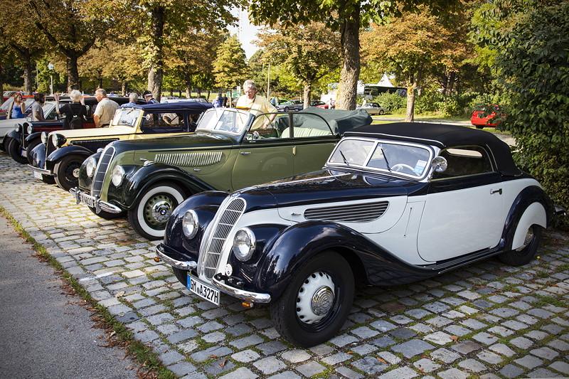 BMW Clubs in der Parkhafe im Olympiapark, vorne: BMW 327, zwischen 1937 und 1941 in Eisenach gebaut