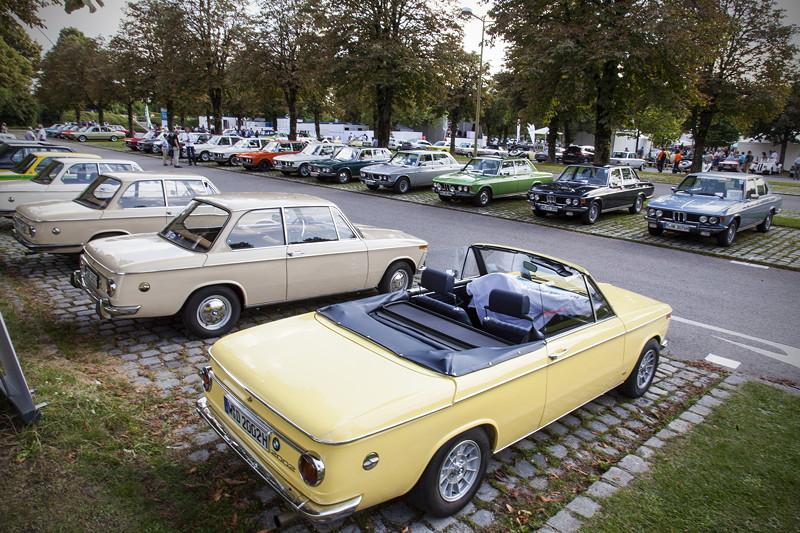 BMW Clubs in der Parkharfe im Olympiapark: BMW 02 (vorne) und BMW E9 Limousinen (hinten)