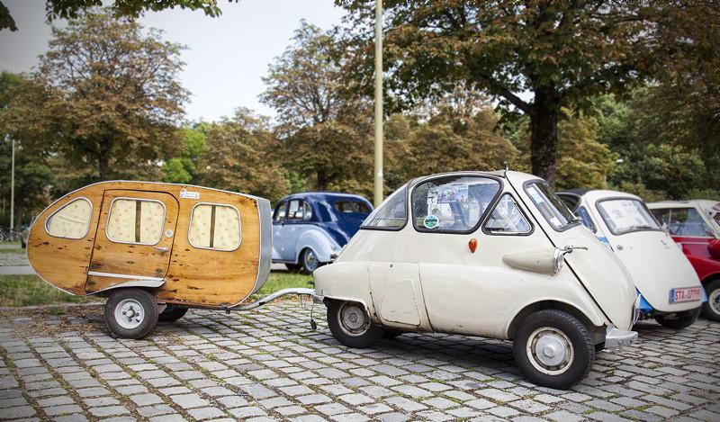 BMW Clubs in der Parkharfe im Olympiapark: BMW Isetta mit Wohnanhänger