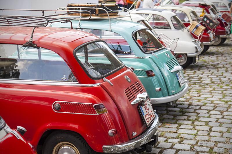 BMW Clubs in der Parkharfe im Olympiapark: BMW Isetten