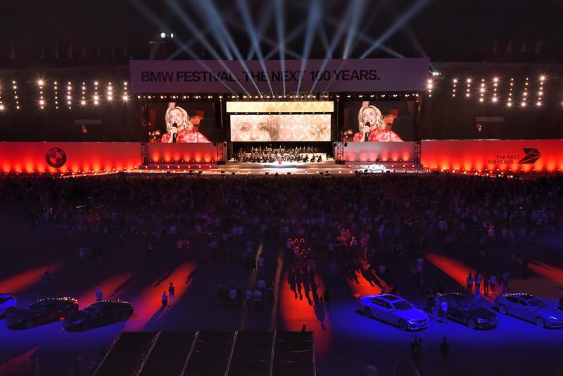 1916 - 1930: Die Geburtsstunde von BMW und die Goldenen Zwanziger: Mit einem Paukenschlag durch die Münchner Philharmoniker begleitet von der weltbekannten Sopranistin Eva Lind startet eine lebendige Epoche zwischen Klassik und Moderne.