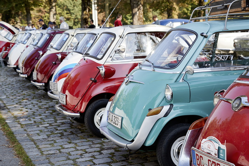 BMW Festival. BMW Clubs in der Parkharfe im Olympiapark: BMW Isetten