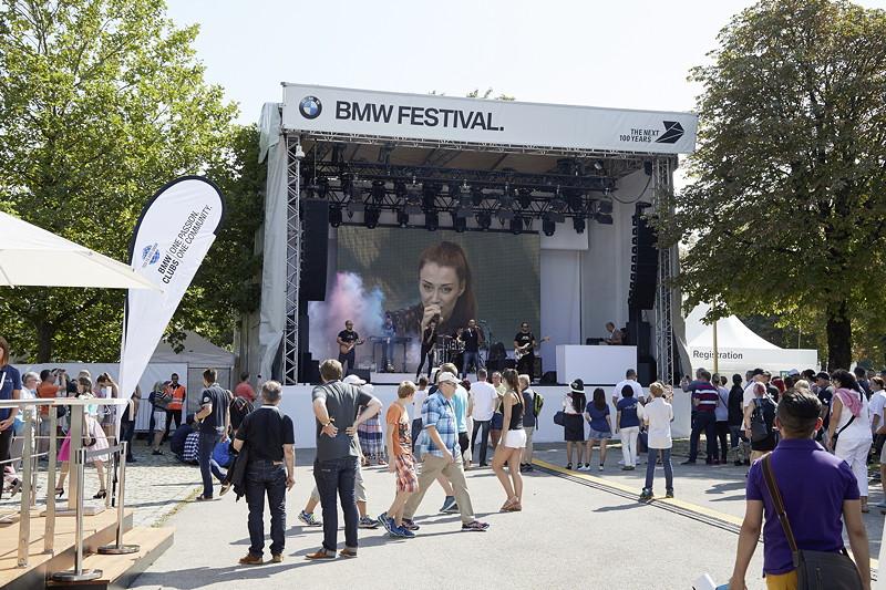 BMW Festival. BMW Clubs in der Parkharfe im Olympiapark: Bühne