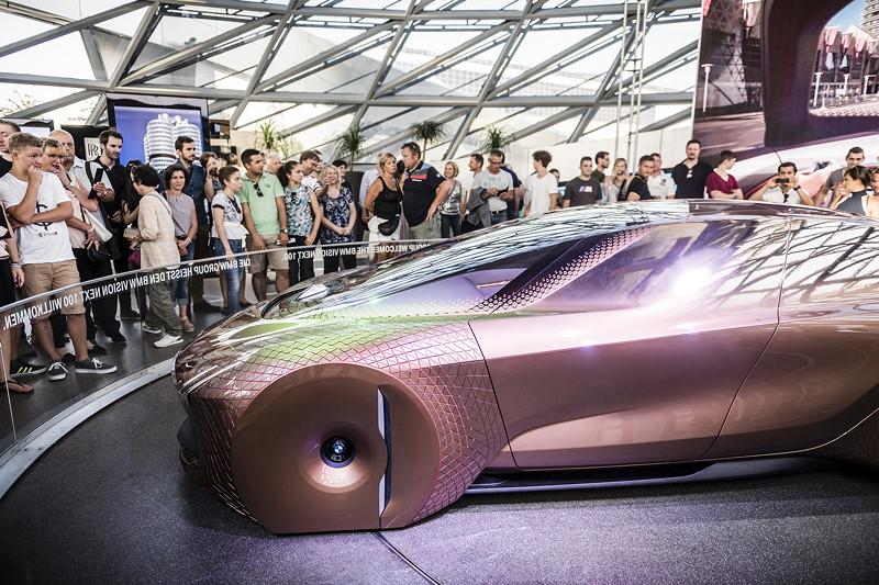 Das Visionsfahrzeug BMW VISION NEXT 100 und vier interaktive Markenwelten im Doppelkegel der BMW Welt.