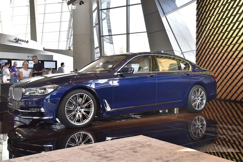 ZUKUNFT u. HISTORIE in der BMW Welt: Zeitreise von Vergangenheit über Gegenwart bis in die Zukunft der BMW Mobilität.
