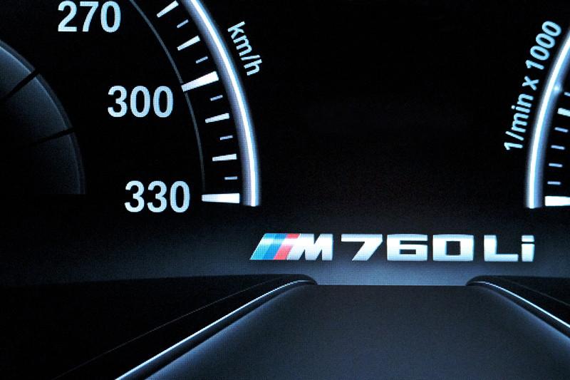 BMW M760Li xDrive, Tacho-Instrumente mit M760Li Schriftzug