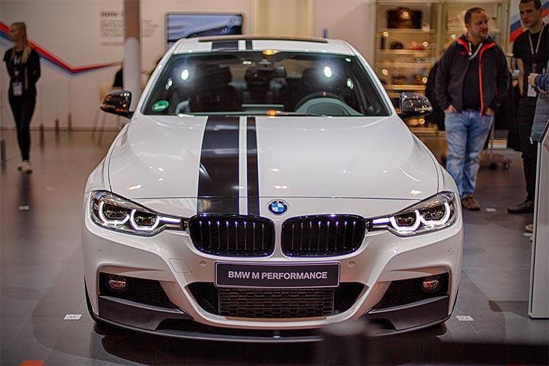 BMW 330d xDrive mit 6-Zylinder-Dieselmotor, mit Power Kit (1.255 Euro)