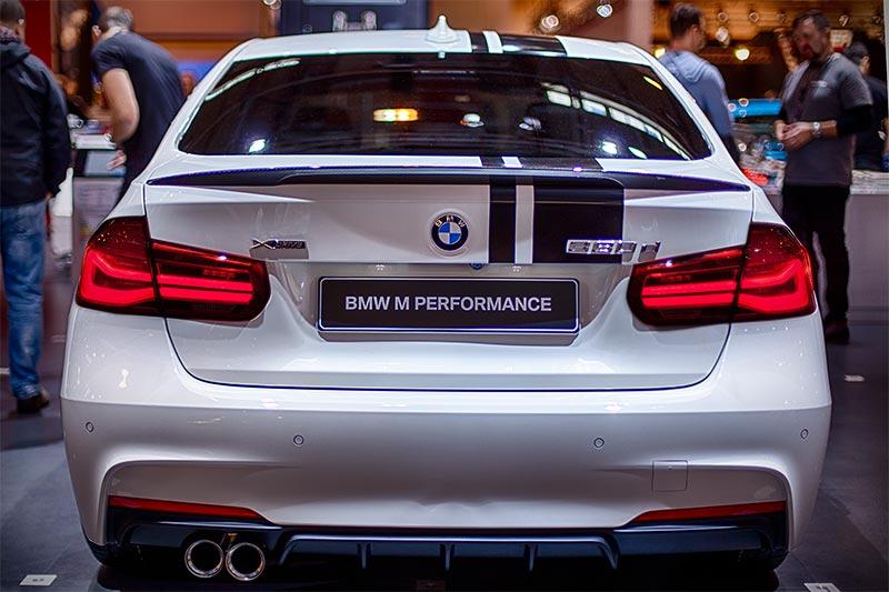BMW 330d xDrive mit auffälligen Top Streifen (189 Euro), Heckspoiler Carbon (570 Euro)