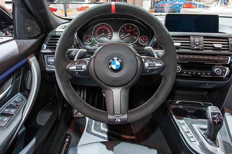 BMW 330d xDrive, Cockpit, Lenkrad II Alcantara mit Carbonblende(715 Euro)