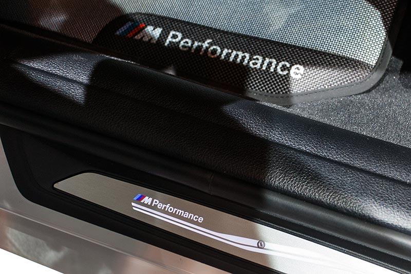 BMW 330d xDrive mit BMW M Performance Schriftzug in der Einstiegsleiste, Fußmatten (149,50 Euro)