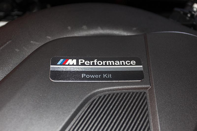 BMW 330d xDrive, Motorraum, mit einem BMW M Performance Power Kit (1.255 Euro)