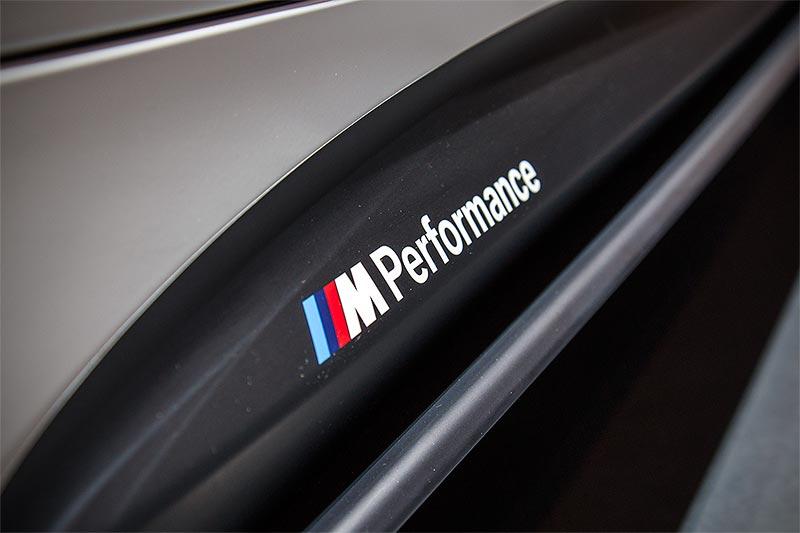 BMW 440i mit BMW M Performance Schwellaufsätze Schwarz matt (344 Euro) und Seitenschwellerfolie(135 Euro)
