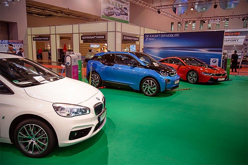 elektrifizierte BMWs auf dem Stand eines Carsharing Anbieters gegenüber