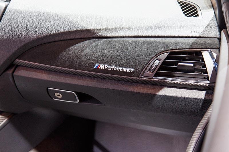 BMW M240i Cabrio (F23), Interieurleisten Carbon mit Alcantara(660 Euro) und M Performance Schriftzug