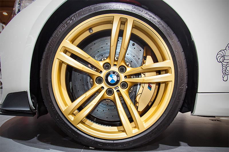 BMW M2 MotoGP Safety Car auf auffälligen Rädern in goldener Farbe