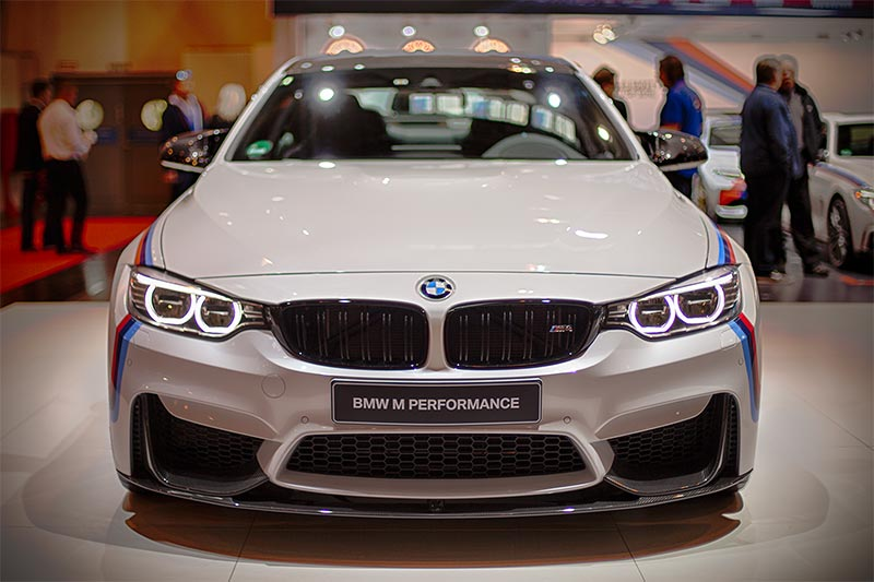BMW M4 mit BMW M Performance Frontaufsatz (1.240 Euro) und Frontziergitter schwarz (270 Euro)