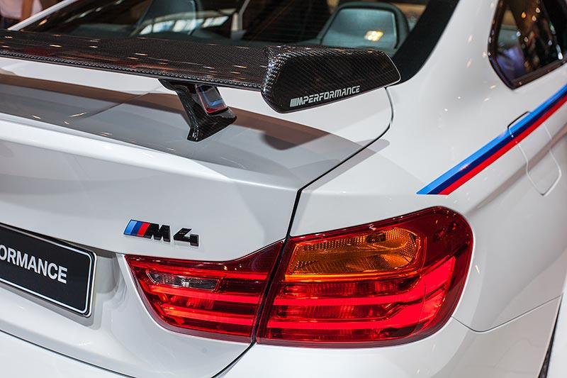 BMW M4 mit BMW M Performance Heckspoiler Carbon durchströmt(3.100 Euro)