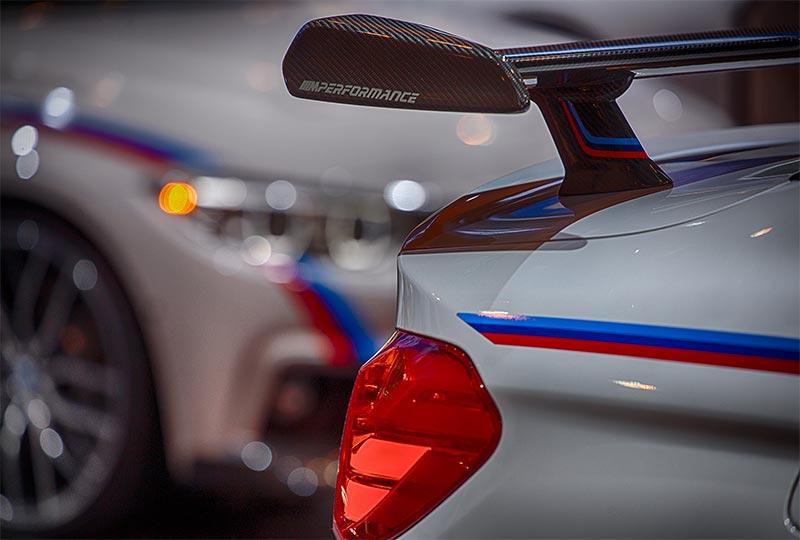 BMW M4 mit BMW M Performance Heckspoiler, neben einem BMW 330d xDrive, Essen Motor Show 2016