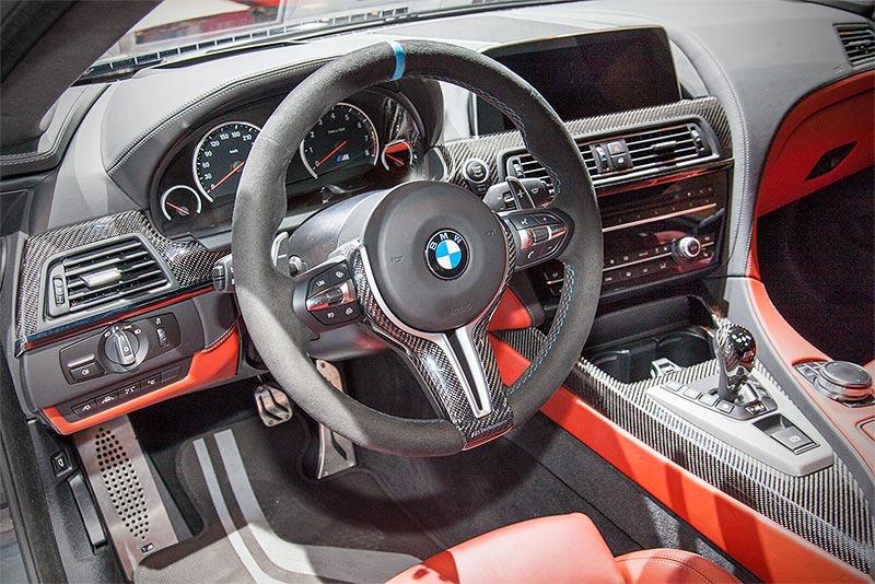 BMW M6 mit Competition Paket und BMW M Performance Parts, Cockpit, mit BMW M Performance Pedalauflagen Edelstahl(128 Euro)
