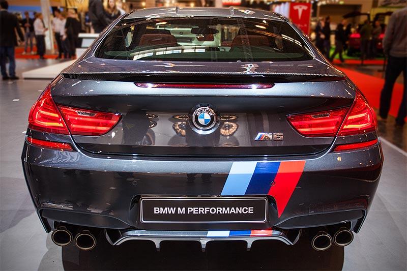 BMW M6 mit BMW M Performance Heckdiffusor Carbon(1.030 Euro), Heckspoiler Carbon(670 Euro) und Front- und Heckstreifen(115 Euro)