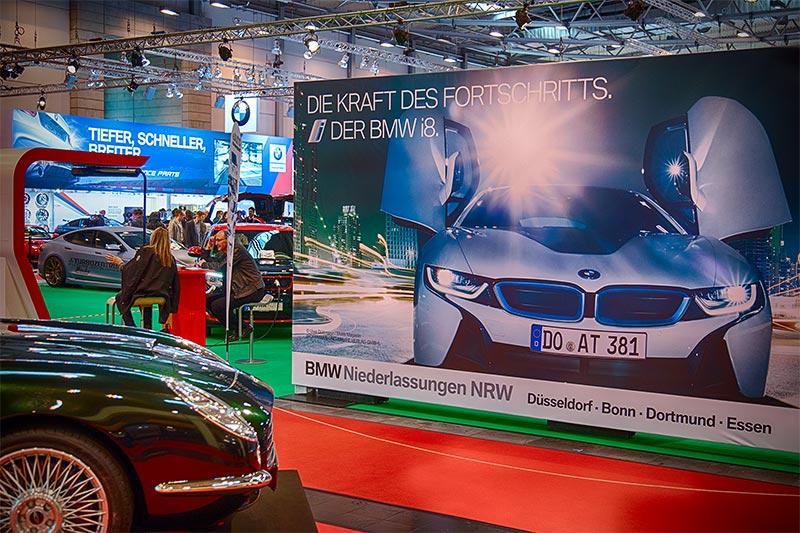 BMW Werbung auf dem Stand eines Carsharing Anbieters gegenüber