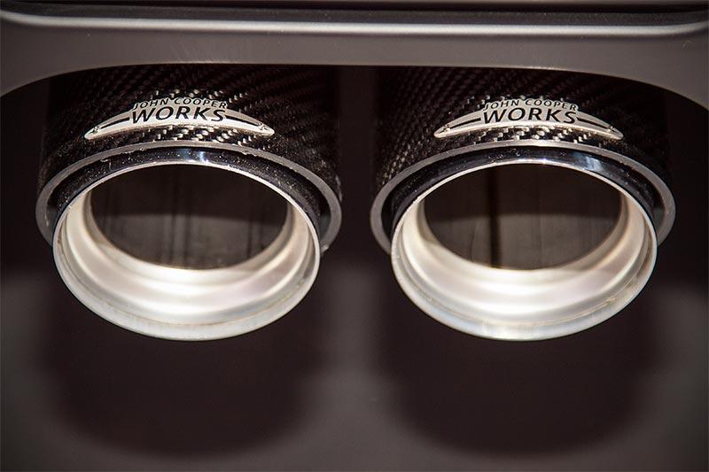 MINI John Cooper Works, Schalldämpfersystem Titan (6.620 Euro) und Endrohrblenden Carbon (1.250,40 Euro)
