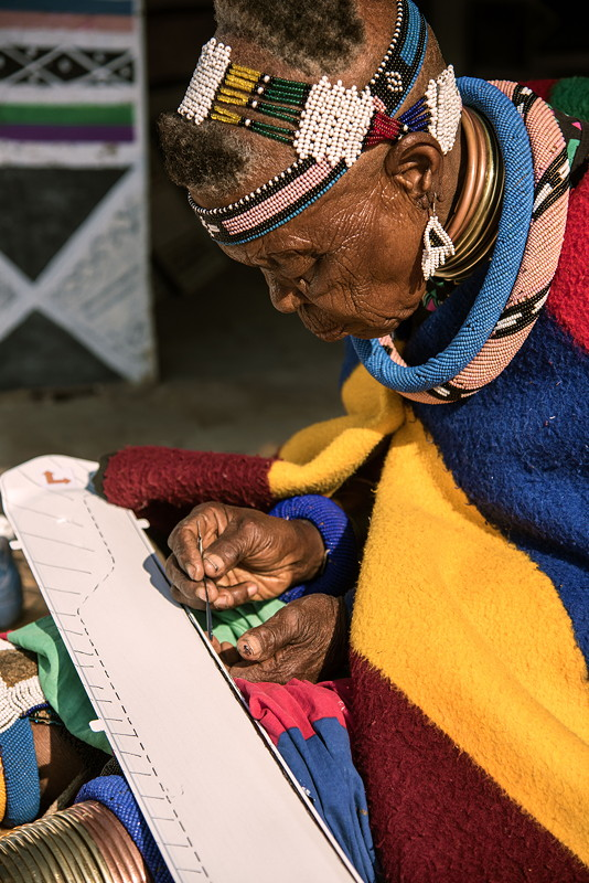 Esther Mahlangu gestaltet einzigartiges Interieur für BMW Individual 7er in Middelburg, Provinz Mpumalanga, Südafrika, 2016.