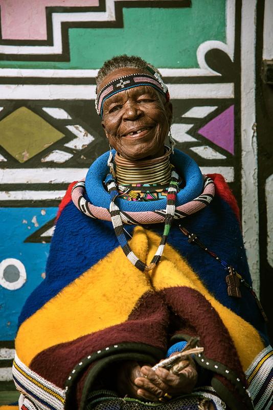 BMW Individual 7 Series by Esther Mahlangu: Künstlerin Esther Mahlangu vor ihrem Haus in Middelburg, Provinz Mpumalanga, Südafrika