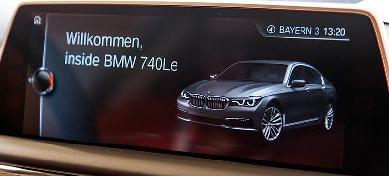BMW 740Le xDrive iPerformance, Begrüßung bei Start der Zündung, halb in deutscher, halb in englischer Sprache.