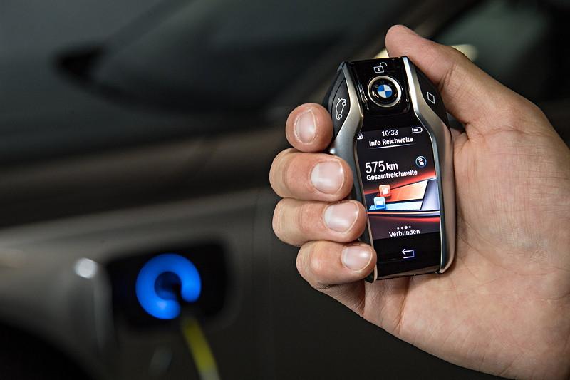 BMW 740Le xDrive iPerformance, Display Key mit Anzeige der Gesamtreichweite.