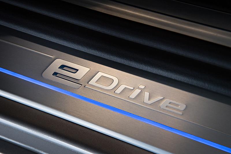 BMW 740Le xDrive iPerformance, beleuchtete Einstiegsleiste mit eDrive Schriftzug.