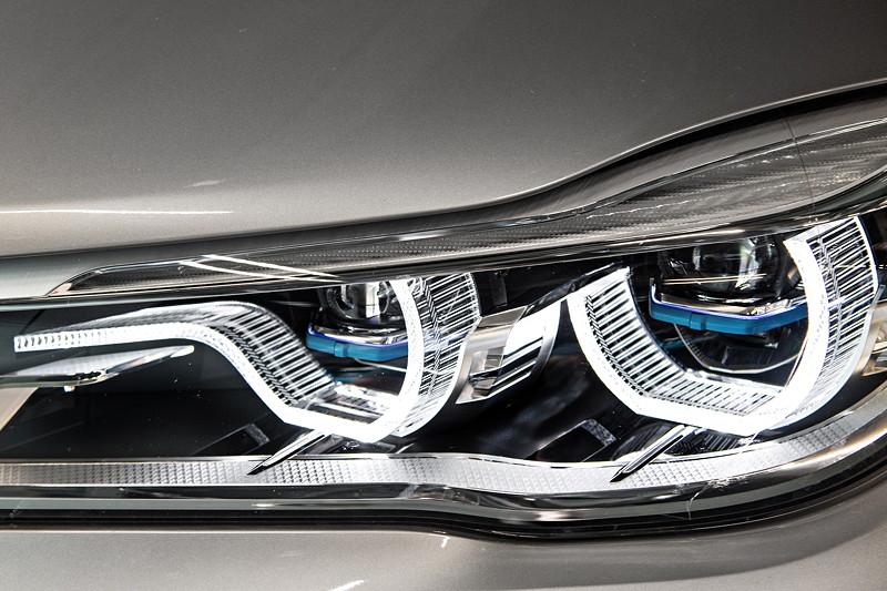 BMW 740Le xDrive iPerformance, ausgestattet mit BMW Laserlicht, erkennbar durch die blauen Stege