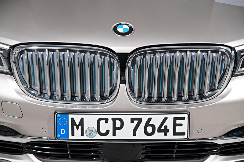 BMW 740Le xDrive ePerformance, blaue Nierenstäbe (im geschlossenen Nierenzustand) deuten auf den Hybrid-Antrieb hin.